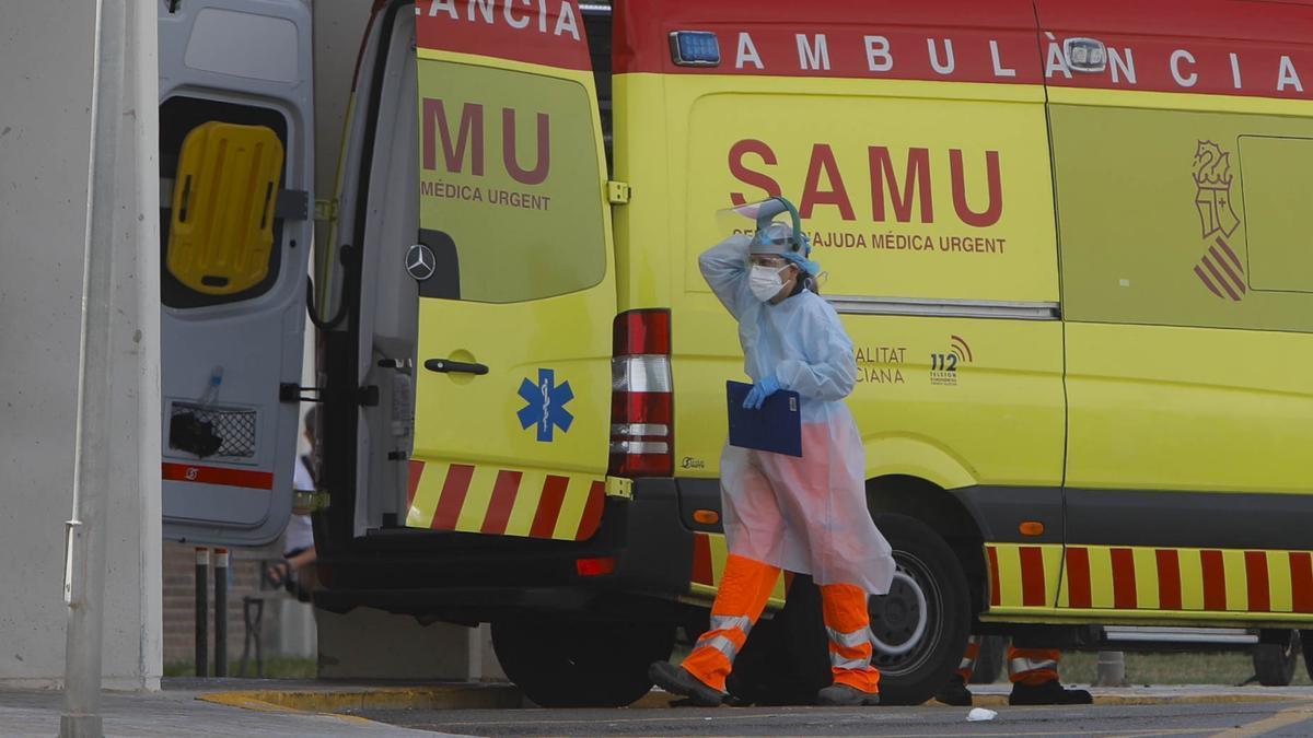 Sanitario entrando en hospital con equipo anticovid.