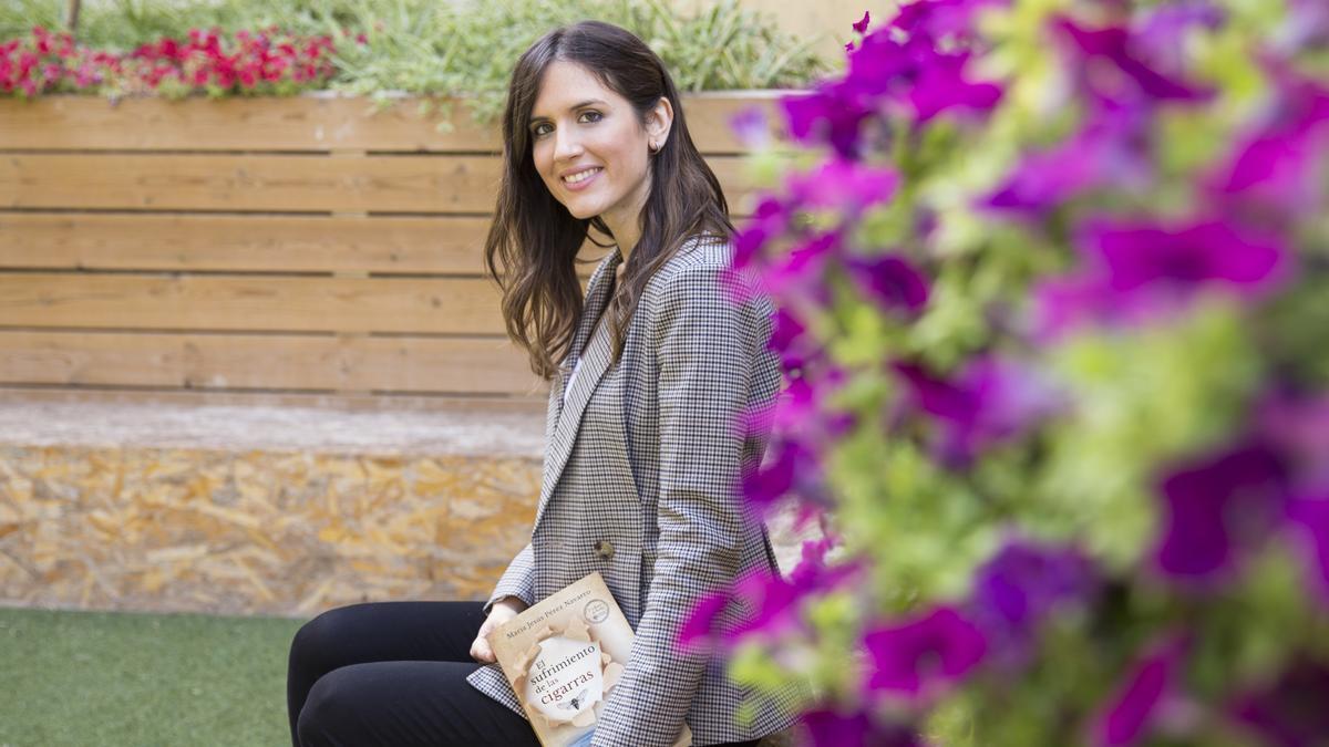 La escritora María Jesús Pérez Navarro con su primera novela.