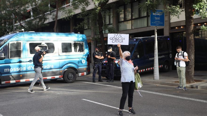 Unes 400 persones tallen la Diagonal de Barcelona contra la detenció de Puigdemont