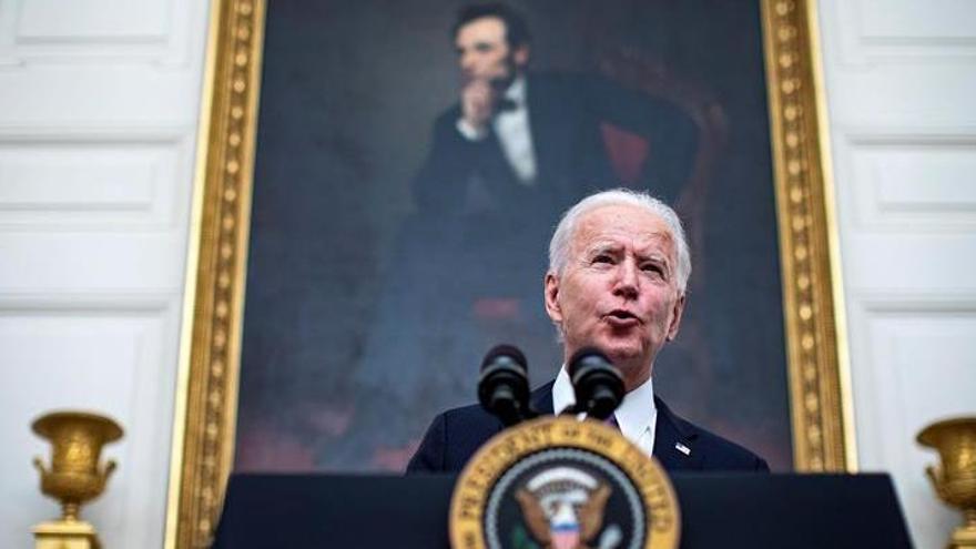 """Biden lanza una estrategia """"de guerra"""" para contener la pandemia en EEUU"""