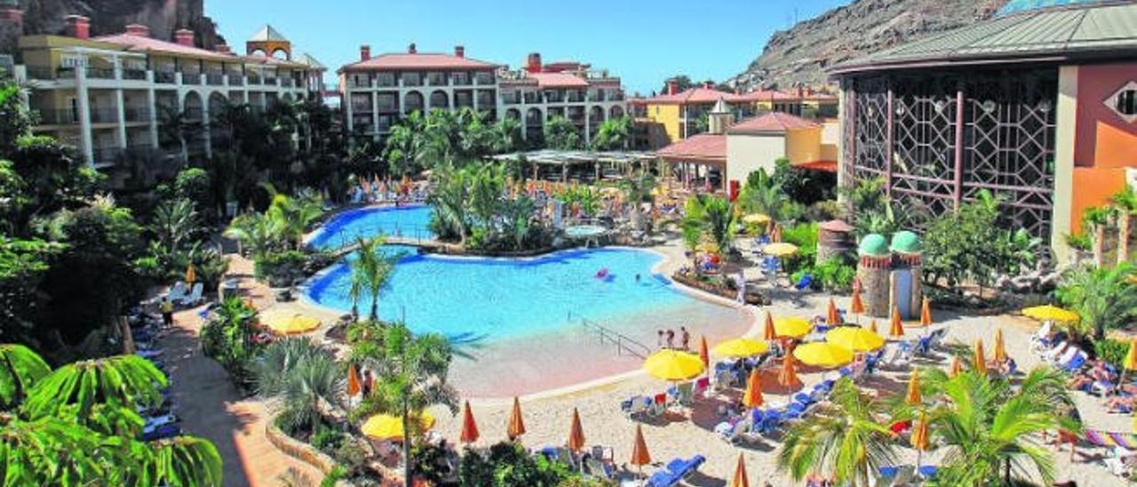 Aspecto de las piscinas del hotel Cordial Mogán Playa antes de que se sometiese a la actual renovación de las piscinas, donde se observa la arena que se elimina.