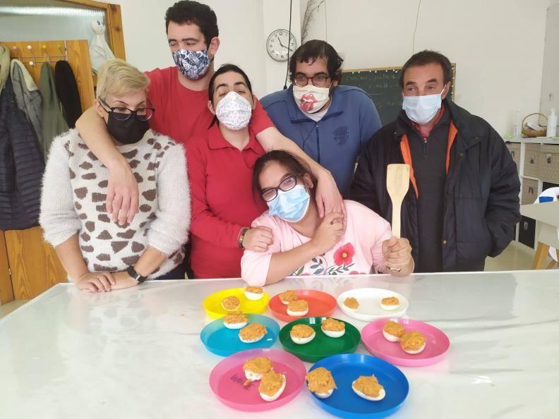 Usuarios del Centro San Xerome en uno de los talleres de tareas del hogar. |   // D.P.
