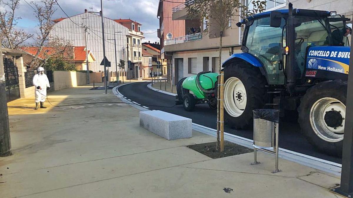 Trabajos de deinfección en la vía pública, en la calle A Pedra, por el COVID-19. |   // FDV