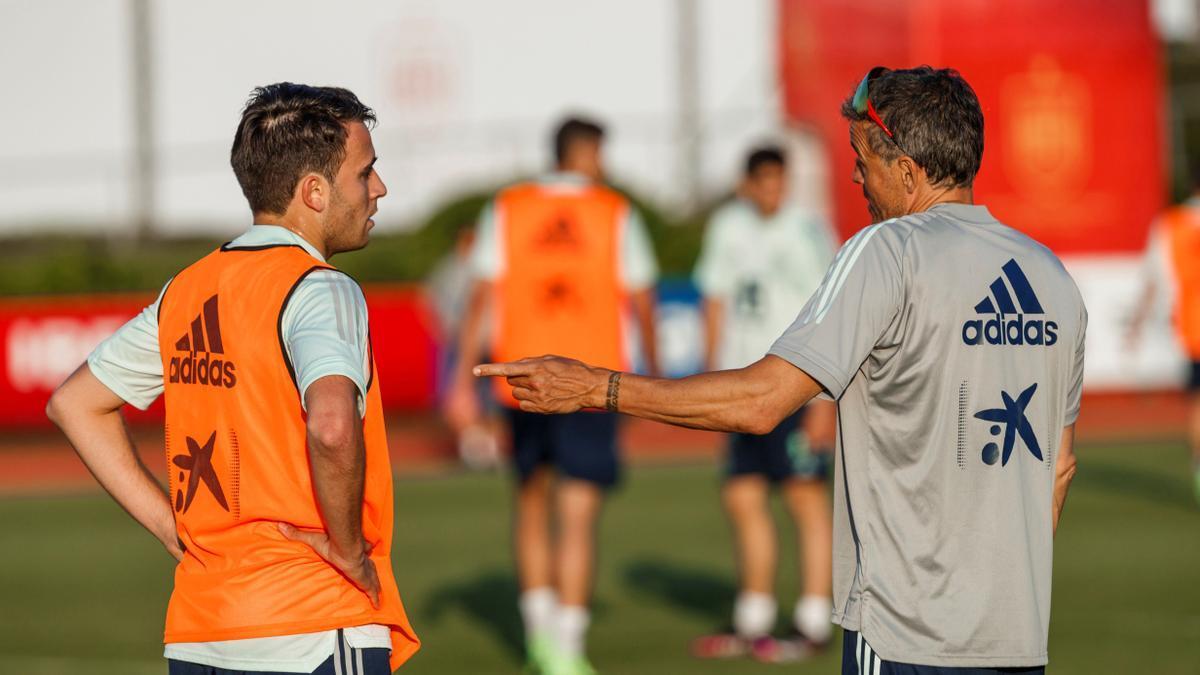 Luis Enrique conversa con Eric García