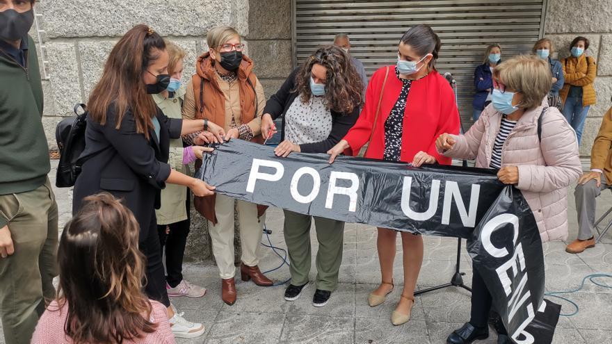 Moaña reparte en trozos su pancarta de defensa de la sanidad pública por el logro del centro de salud