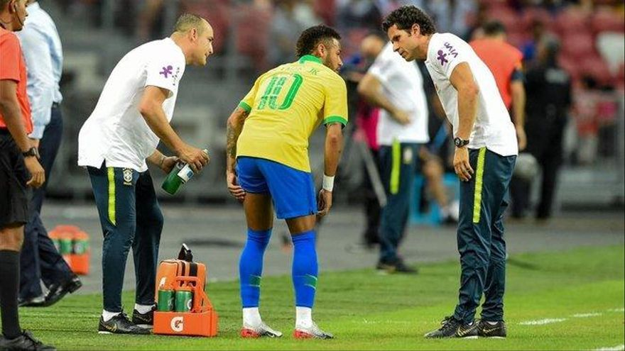 Neymar estará un mes de baja por una lesión muscular