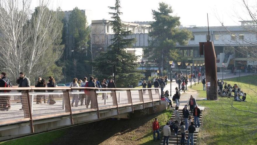 Una noia de 18 anys denuncia una agressió sexual al macrobotellot al campus de la Universitat Autònoma de Barcelona