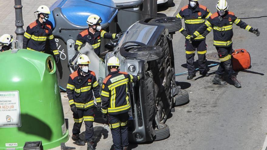 Espectacular vuelco de un coche con una herida grave en Arquitecto Alfaro