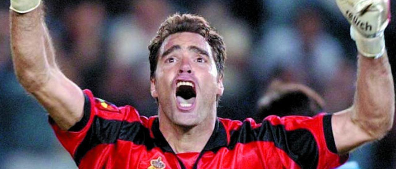 Nacho González celebra su tanto en el Heliodoro, en diciembre de 2001.