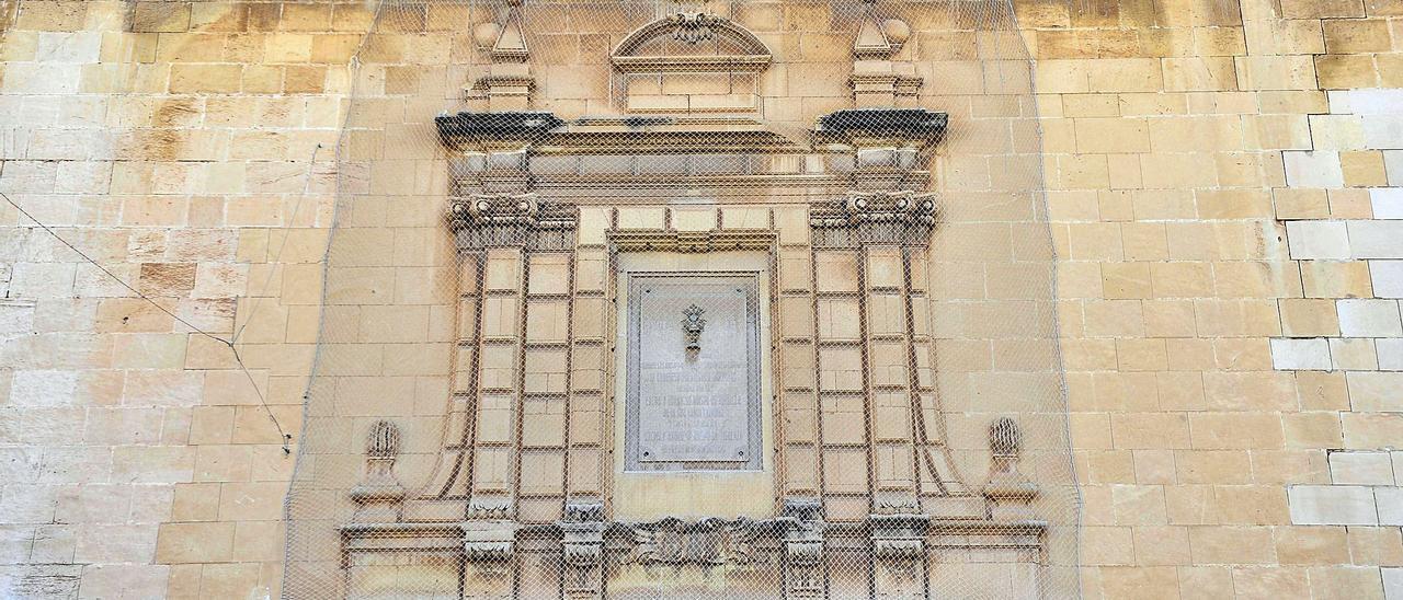 La última gran restauración en Santa María se hizo en 2008 y su consejo rector prepara un plan director que acabará, entre otras acciones, con las redes que afean su imagen.