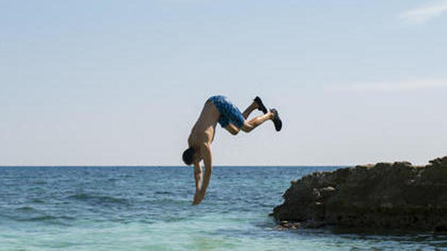 Neuròlegs adverteixen del risc de tirar-se de cap a l'aigua