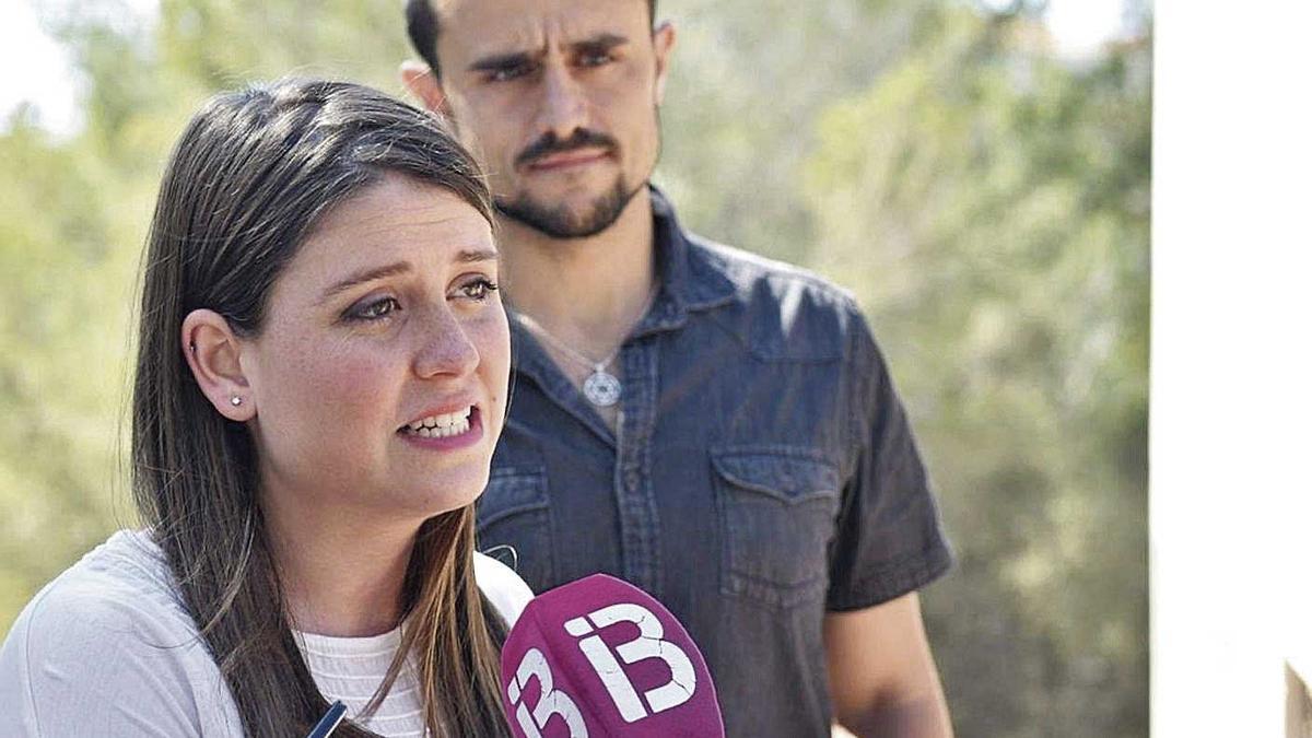 Aurora Ribot, vicepresidenta  del Consell y coordinadora de  Podemos Mallorca, junto a su compañero Iván Sevillano.