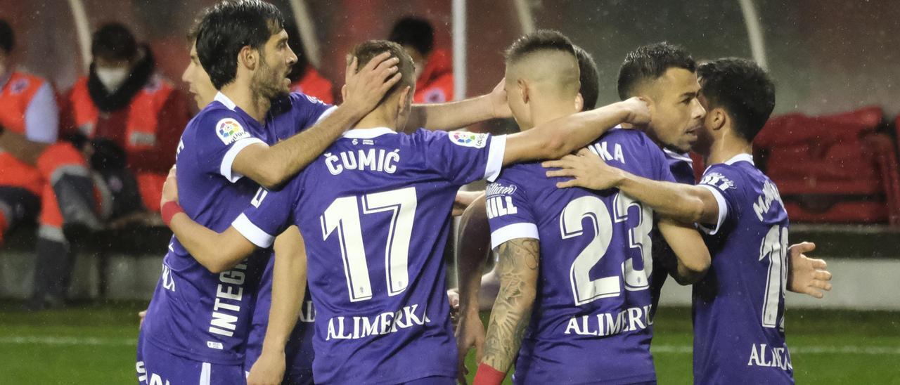 Los jugadores del Sporting celebran uno de los goles de la victoria en Las Gaunas