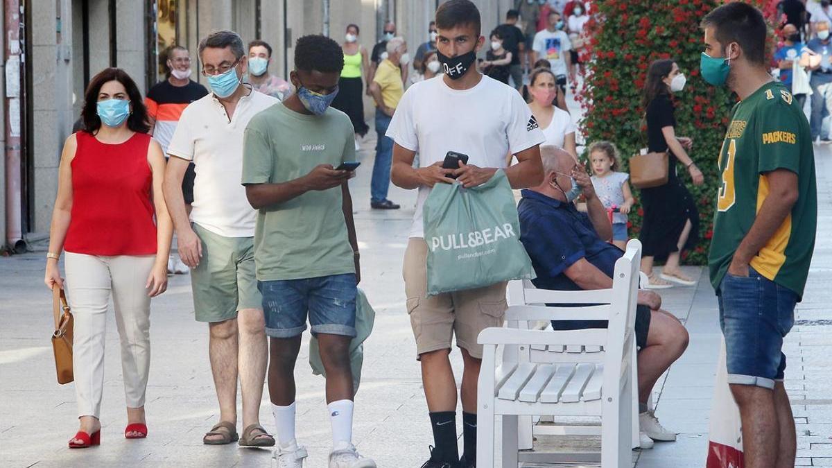 Jóvenes con masacarilla en las calles de Vigo