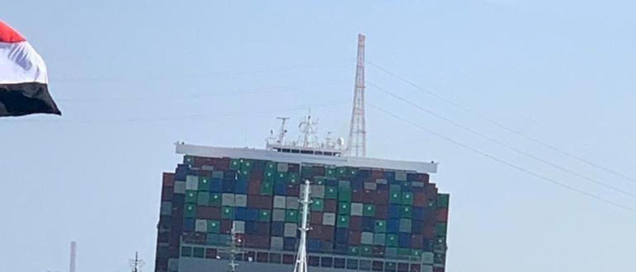 El carguero Evergreen, desencallado del Canal de Suez