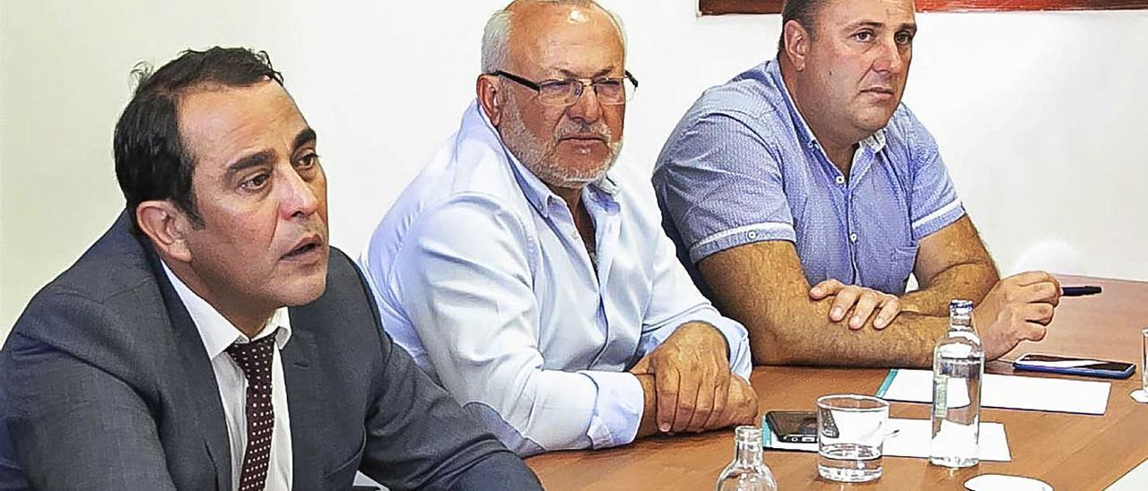 De izquierda a derecha, Blas Acosta, Marcelino Cerdeña y Sergio Lloret, durante un acto del Cabildo majorero.