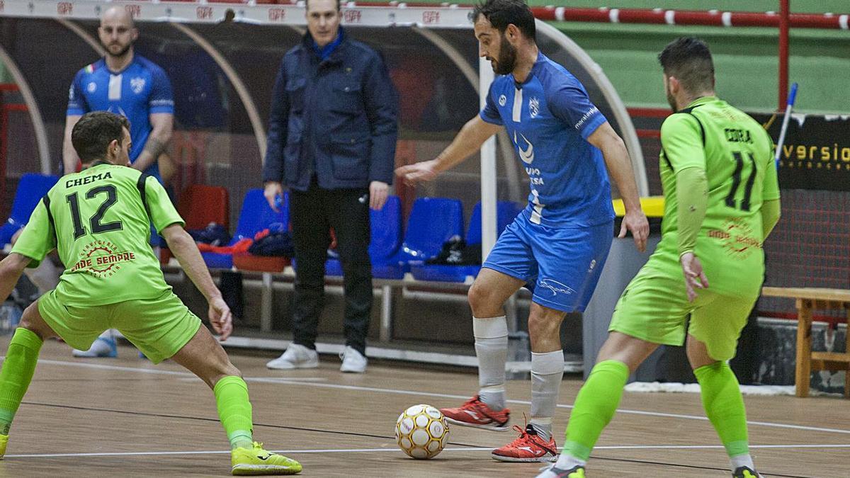 Moro controla un balón entre dos rivales ante la mirada de Paco Garabal en el banquillo. |  // BERNABÉ