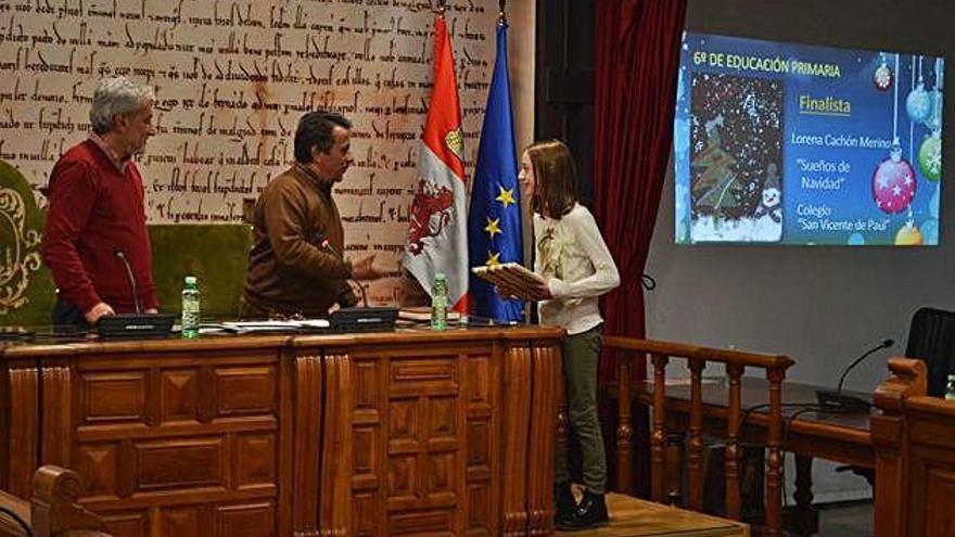 El Ayuntamiento entrega los premios a los ganadores y finalistas del certamen de tarjetas navideñas