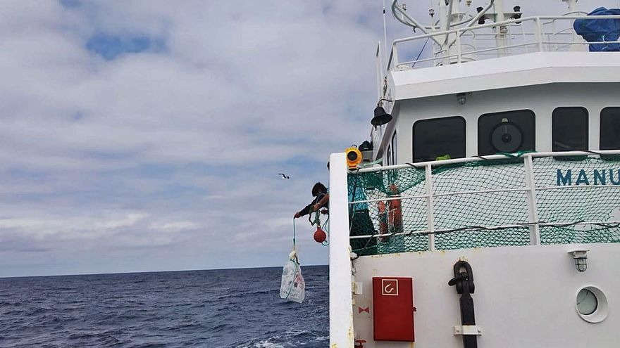 """El """"Manuel Laura"""" navega hacia Vigo con un caso de COVID confirmado y otro sospechoso"""