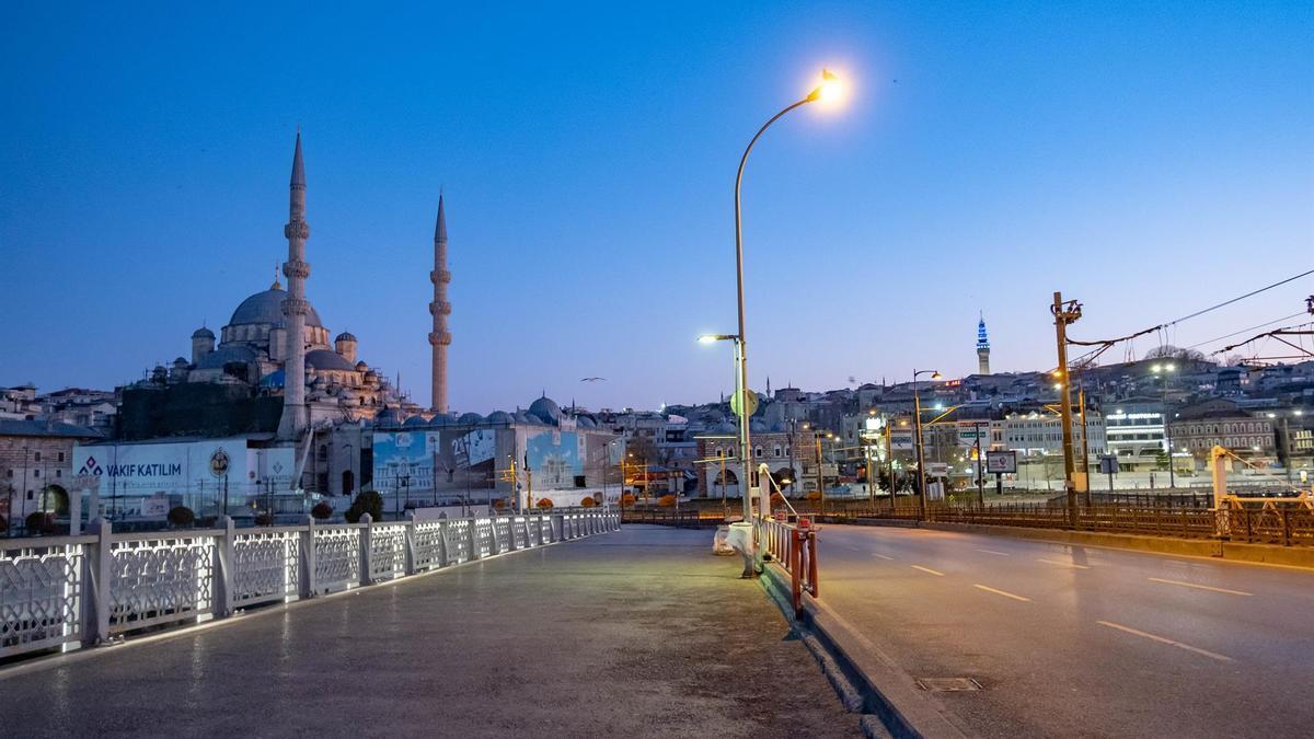 Vista general del puente de Gálata, en Estambul.