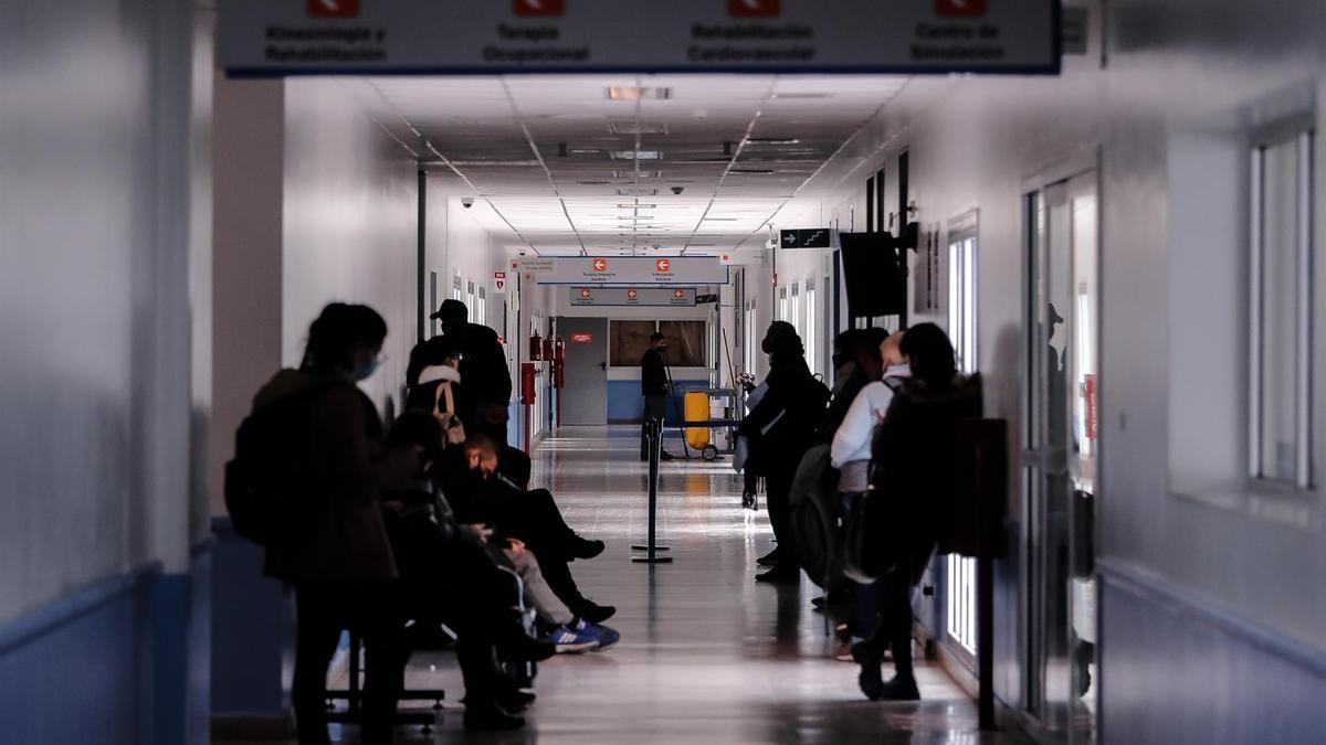 Varias personas esperan en un hospital