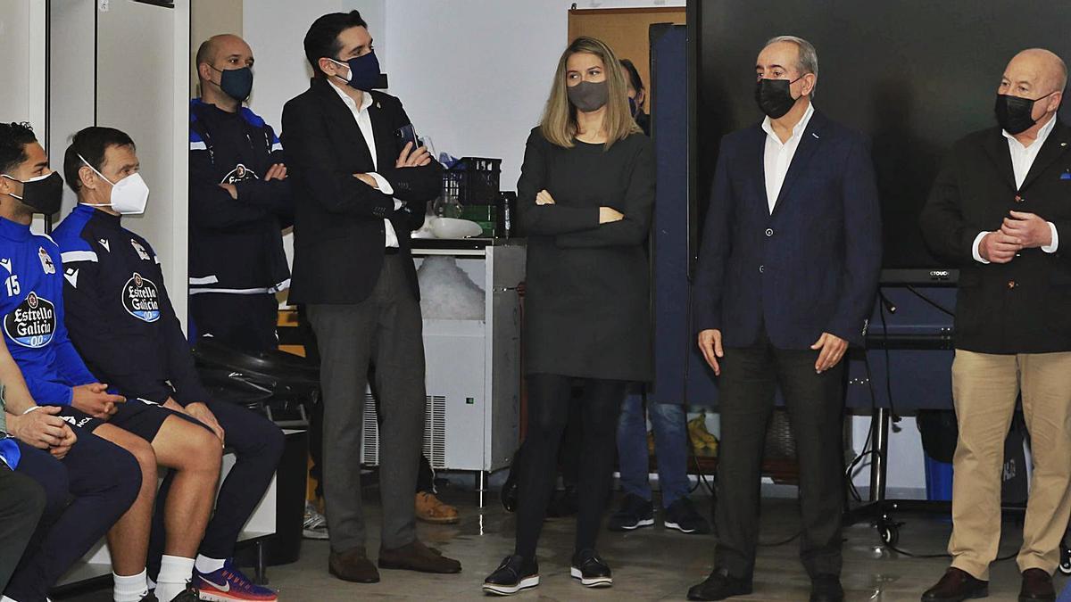 Villasuso, Lustres, Couceiro y Blanco, durante su presentación a la plantilla en el vestuario de Abegondo. |  // RCD