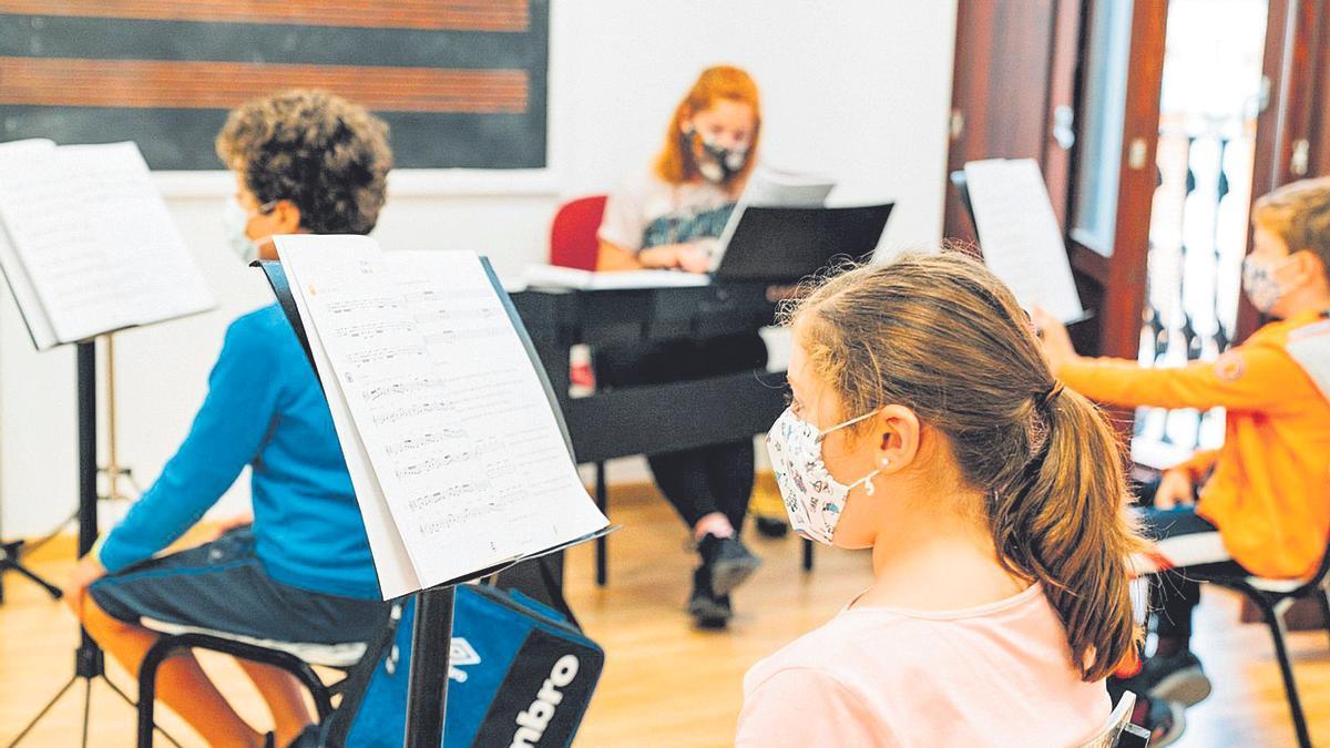 Els alumnes d'una classe de música a un poble de València