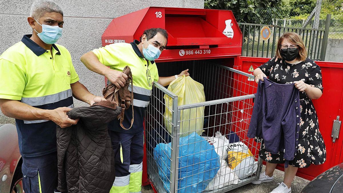 Trabajadores de Cáritas con Mariluz Jorge, coordinadora del proyecto, en un contenedor.     // PABLO HERNÁNDEZ
