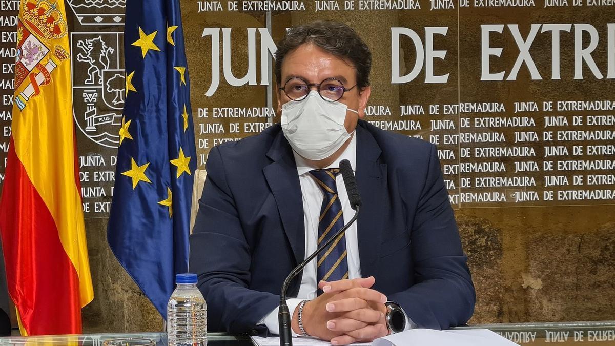El consejero de Sanidad y Servicios Sociales, José María Vergeles, en rueda de prensa.