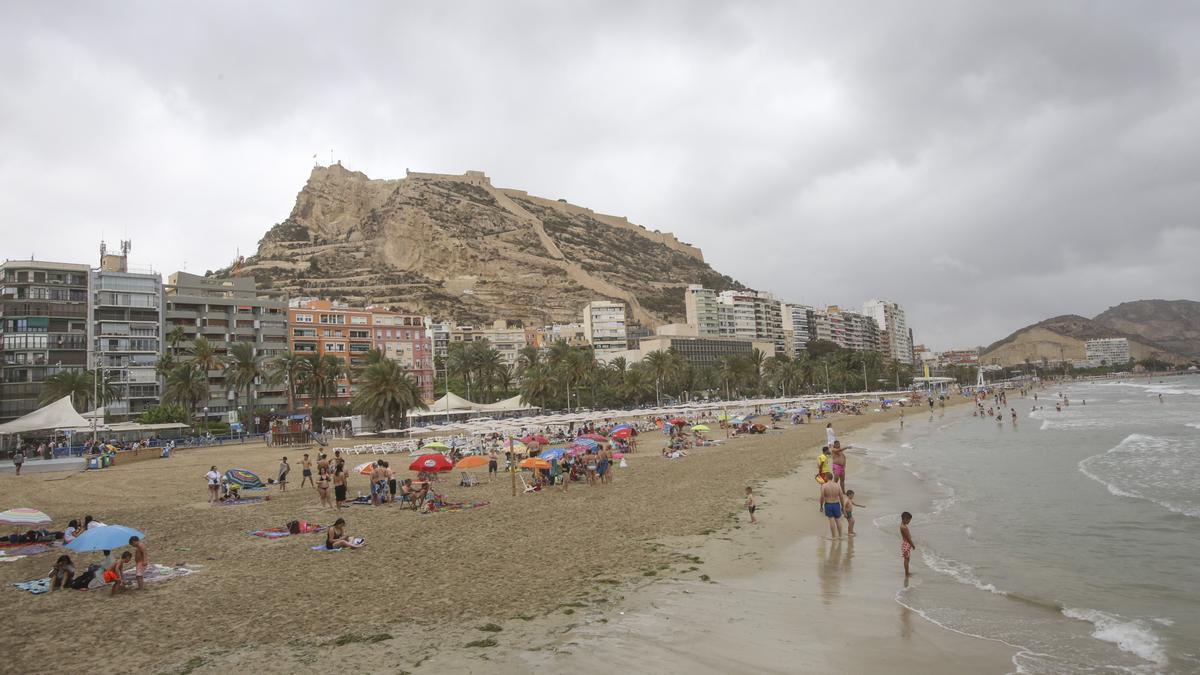 La playa del Postiguet de Alicante, donde un hombre de 38 años ha muerto ahogado.