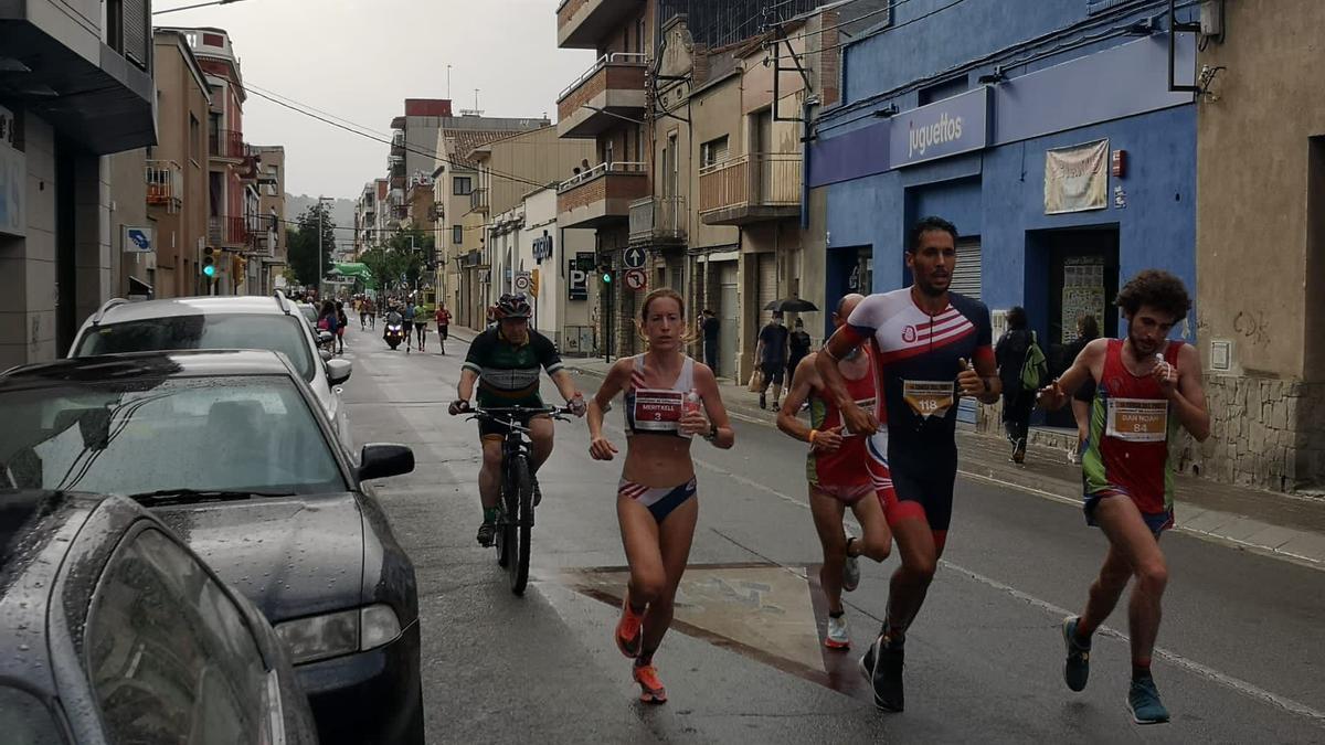 Meritxell Soler corre pels carrers d'Olesa durant la Cursa del Foc-Campionat de Catalunya de 10 km en ruta