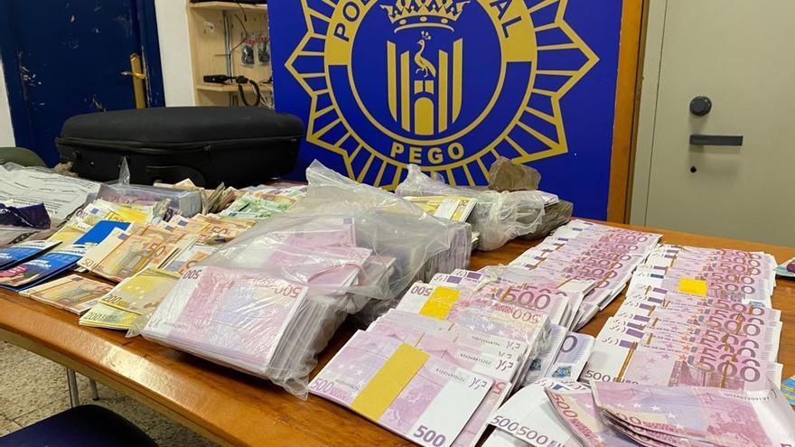 La Policía de Pego encuentra en un coche de alta gama abandonado más de 3 millones de euros en billetes falsos