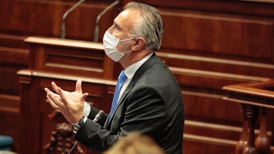 Torres toma la palabra en la sesión plenaria de este martes, 23 de febrero.