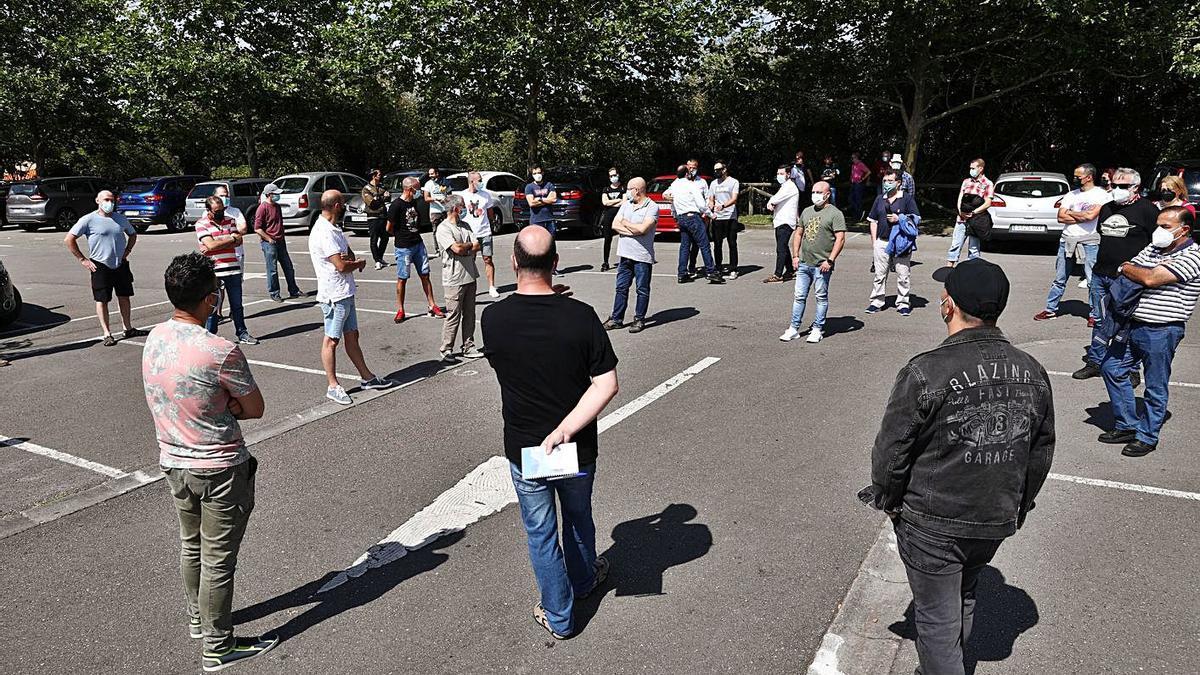 El comité de empresa de Vauste, en la reunión en el aparcamiento del Palacio de los Deportes en la que se comunicó a los empleados la entrada en liquidación de la compañía.