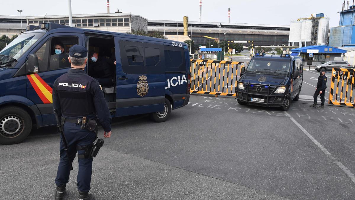 Policías durante un operativo con registros en la plantas de la antigua planta de Alcoa en A Coruña.