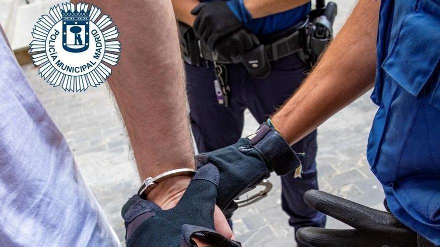 Detenido un hombre por amenazar con un gran cuchillo a dos mujeres en un bar de Madrid