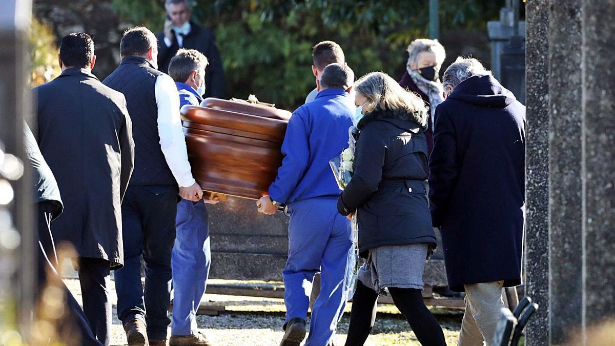Entierro de Rosario Porto ayer en el cementerio de Boisaca, en Santiago. |   // XOÁN ÁLVAREZ