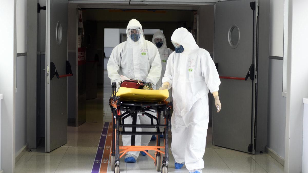 La Región supera los 800 fallecidos por covid y registra el pico de ingresos hospitalarios
