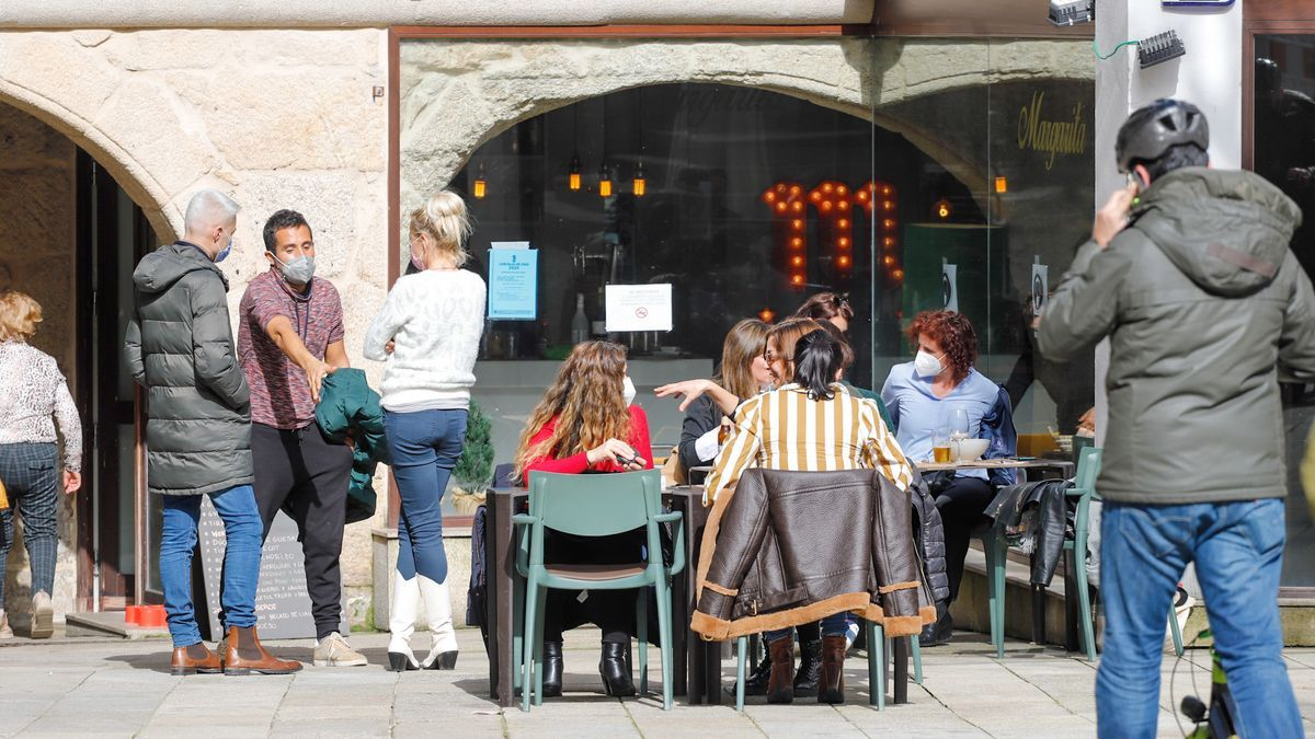 Varias personas disfrutan en una terraza de Vigo.