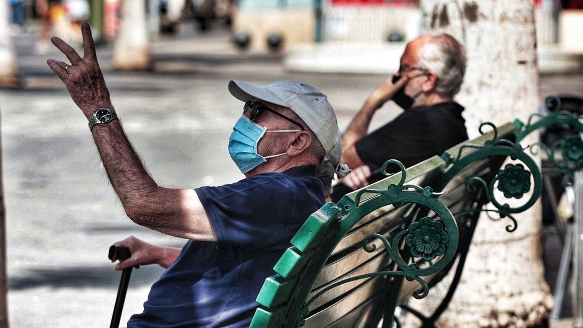 Dos ancianos descansan en un banco de Santa Cruz de Tenerife.