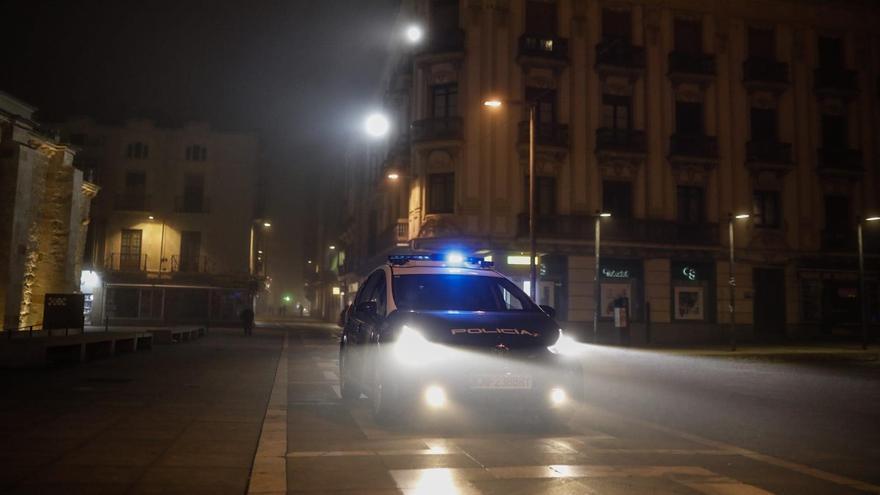 Un vehículo de la Policía Nacional vigila el nuevo toque de queda, este sábado, en Zamora.
