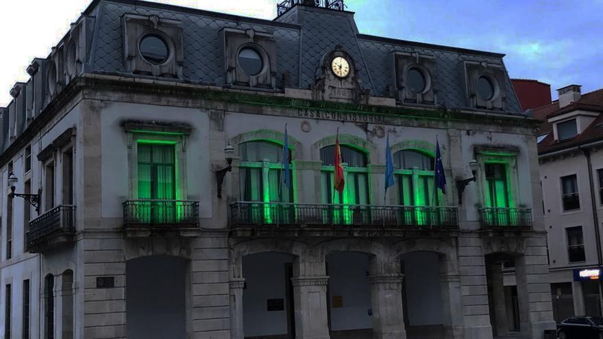 El Ayuntamiento de Siero se ilumina de verde con motivo del Día Mundial de la ELA