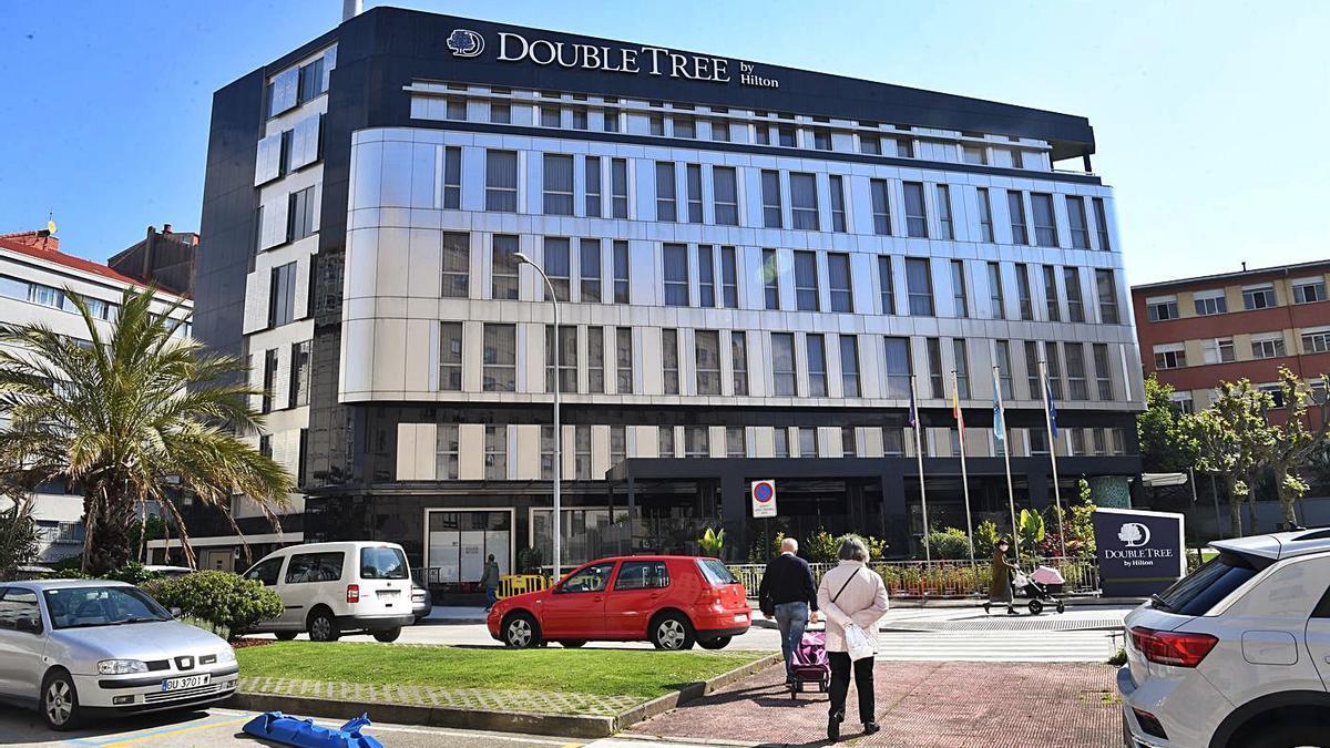 La fachada del hotel DoubleTree by Hilton, que reabrirá el 12 de mayo. |  // CARLOS PARDELLAS