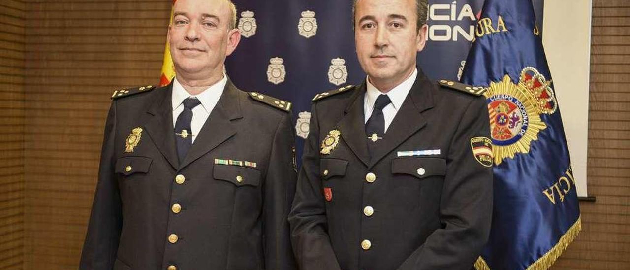Juan Luis Enrile y Carlos González Tirador, ayer, en la Jefatura Superior de Policía de Asturias.