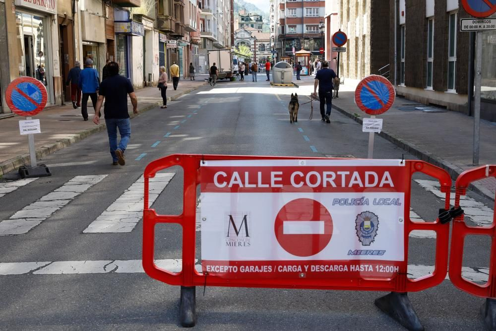 Vuelta del mercado dominical de abastos en Mieres
