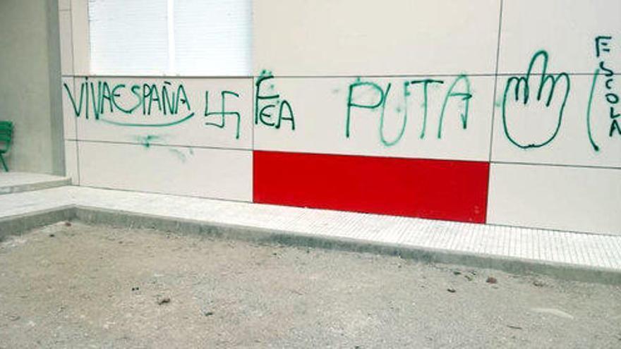 Uns brètols pinten creus gamades i lloances a Hitler a l'escola de Sarrià de Ter