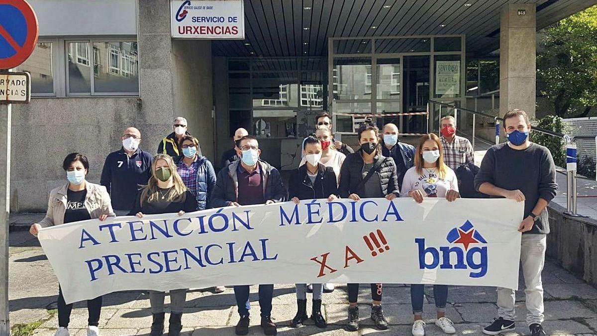 Miembros del BNG, con una pancarta ante el centro de salud de Lalín.