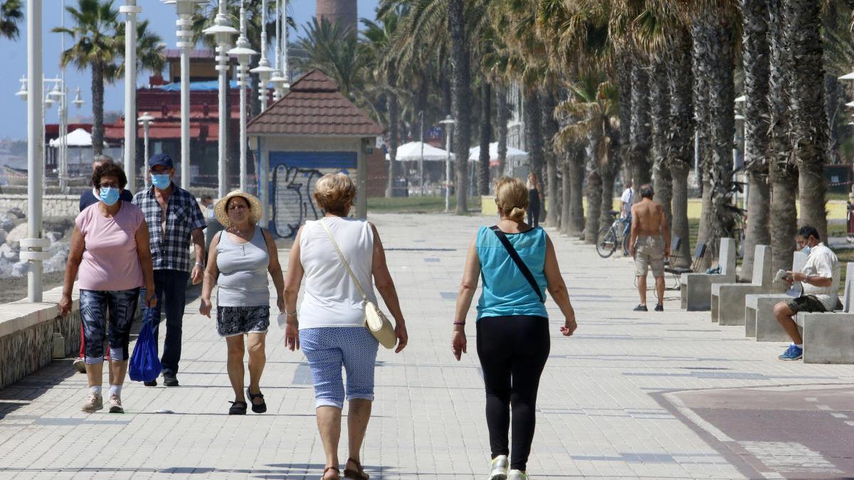 Dos mujeres caminan por el paseo marítimo este fin de semana