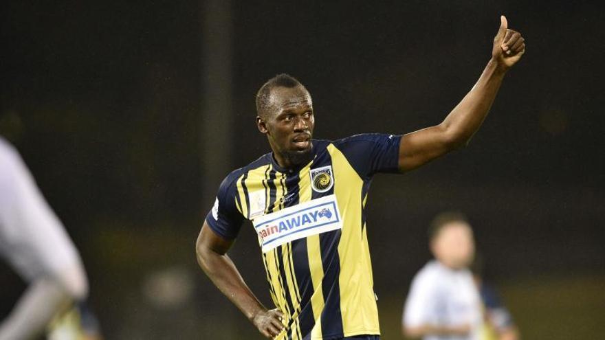 Bolt celebra su primer partido como titular con un doblete