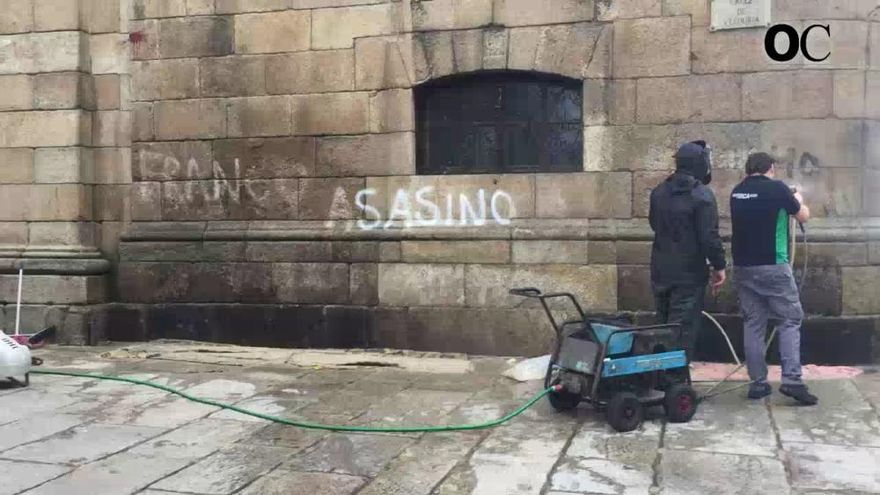 El 092 paraliza la limpieza de las pintadas de la Casa Cornide por carecer de permiso
